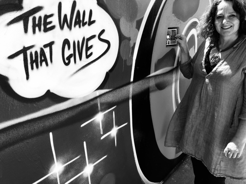 The-Wall-That-Gives-Beautiful-Hollywood-2